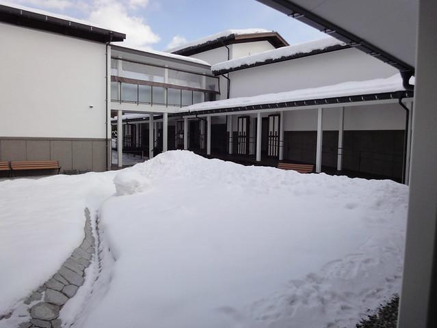 雪で全くわかりませんがここは芝生の広場で、対角線に人工の小。|飛騨高山まちの博物館