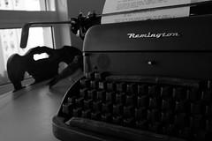 Analog Tweet (tibau1) Tags: blackandwhite bw bird typewriter birdie de passarinho pssaro pb manual script pretoebranco remington escrever mquina andorinha roteiro datilografia