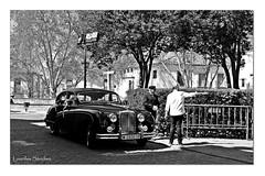 Mientras salen los novios (Lourdes S.C.) Tags: bw byn andaluca personas coches beda cochesantiguos provinciadejan