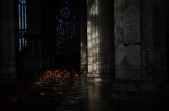 cathédrale d'Amiens (Fransois) Tags: amiens cathédrale clairobscur chiaroscuro novembre november france somme chaises chairs vitraux stainedglass gothique gothic cathedral kathedrale dom catedral cattedrale asientos sedia
