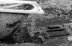 Se desborda (cmarga28) Tags: bw baera fuente agua water textura contraste monochrome photographer rules cerca perspective creative photography foto composicin digital nikon raw d750 viejo estropeado rooso aoso triste