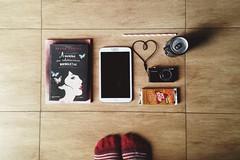 Alguns dos meus mundos alternativos (Moon Pie!) Tags: books tablet meias cho food cmera