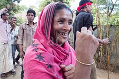 H504_3377 (bandashing) Tags: red england people men green manchester dance women shrine pray crowd sing sylhet bangladesh socialdocumentary mazar aoa shahjalal bandashing suparistainedteeth akhtarowaisahmed treecuttingfestival lallalshahjalal