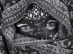 Barbara  150215-0934 (Eduardo Estllez) Tags: espaa blancoynegro horizontal monocromo mujer retrato enigma barbara ojos bonita carnaval mascara mirada hermosa velo joven careta misterio pauelo extremadura tranquila cubierta plasencia primerplano oculto tapada velada naturalidad calmada eduardoestellez estellez