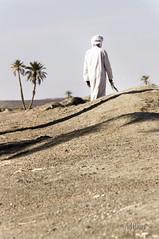 No importa si no sabemos hacia donde caminar (Nel Hanau) Tags: morroco ergchebbi viaje travelphotography desert desierto hombre man bereber arena sand happy