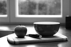 making breakfast (malp007) Tags: stillleben object blackwhite objekt apfel apple kitchen kche messer kniv breakfast frhstck msli essen meal