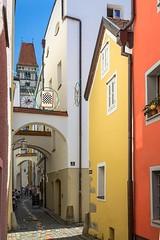 Passau, bunte Gasse (bayernphoto) Tags: passau bayern niederbayern donau inn ilz dom 3 drei fluesse river cruise flusskreuzfahrt katholisch ausblick panorama schiff heilige bunt farbig altstadt stadtkern details bavaria danube blauer himmel sonnig sommer sunny