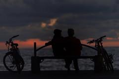 Les amoureux du banc public (bscliffet) Tags: amoureux loversinsunset lovers loversonabench facetoface