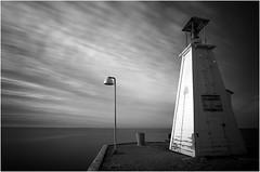 Licht und Schatten (Panasonikon) Tags: lzb wolken leuchtturm lampe schatten bw wasser meer lumixdmcg70 mzuiko918 ndfilter panasonikon weitwinkel