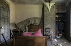 Laie. (LoquioR) Tags: manoir mansion decay abandoned abandonn room bedroom exploration urbex urbaine