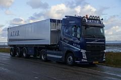 Volvo FH Globetrotter XL van A.T.V.B.G.H. IJnsen Hollum Ameland in de haven van Holwerd 09-10-2016 (marcelwijers) Tags: volvo fh van ijnsen hollum ameland de haven holwerd 09102016 truck lkw vrachtauto vrachtwagen camion globetrooter xl gh