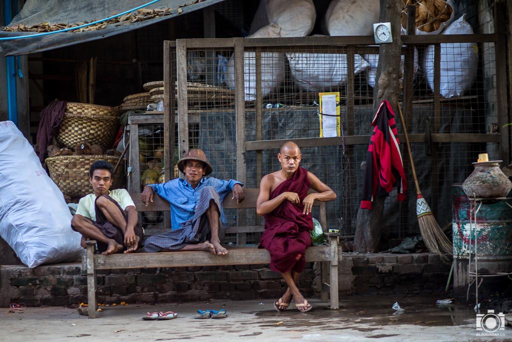 Hombres descansando en Mandalay (Myanmar)