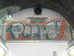 yo! fat! (en-ri) Tags: muro verde wall writing graffiti eyes occhi genova pooh zena arancione