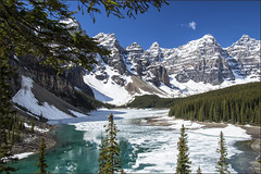Moraine Lake (Bert Kaufmann) Tags: blue mountain lake snow canada mountains ice water berg rockies see frozen meer blauw bevroren sneeuw alberta banff rockymountains blueskies bergen icy lakelouise ijs banffnationalpark morainelake valleyofthetenpeaks lakelouisevillage
