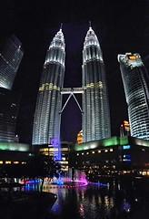 Paisaje esfrico (Bonsailara1) Tags: bonsailara1 kualalumpur malaysia malasia twintowers petronas nightshot nightlight reflexion reflexionsonthewater