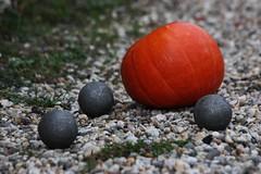 Pétanque d'automne... (NUMERIK33) Tags: joke explore boules boule jeu citrouille jeux pétanque courge numerik33 toutçapourça unepartiedepétanqueentouteinitimitéohlavacheçafaitdumonde