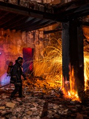 Fuego de Verdad (Suso Sinmiedo) Tags: fire alicante burn ruinas fireman nocturna fuego humo bombero casaabandonada quemar modom smcpentaxda1224mmf4edal lightpanting pentaxk5ii