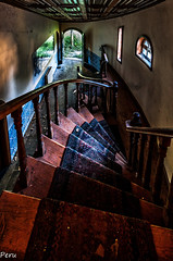 En picado (Perurena) Tags: windows house alfombra stairs carpet casa doors decay ventanas escaleras escadas abandono urbex barandilla puertas mansin peldaos pasamanos urbanexplore
