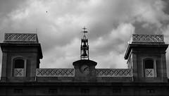 Dong! (lluiscn) Tags: bw white black building monochrome clouds bell cityhall au edificio cel bn campana ave nubes blanc negre pardal ayuntamiento edifici nvols simetria ajuntament ocell
