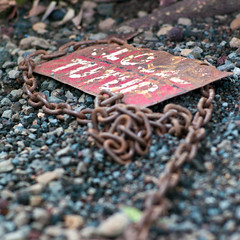 Open (TablinumCarlson) Tags: red rot texture kette chain indonesien indonesia bali ubud forest monkey sacred sanctuary balinese mandala suci wenara wana padangtegal wisata wanara leica m m8 90mm summicron dof schild sign close open tutup beautiful