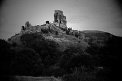 Corfe Castle (a.pierre4840) Tags: olympus omd em5 cmount schneider kreuznach xenon 25mm f095 vignetting castle corfecastle dorset england bw blackandwhite monochrome noiretblanc grainy artfilter fotor