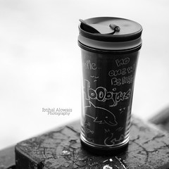 #mug ☕️ #starbucks.| الكاميرا : #canon600d |.| العدسة : #50mm |.| المكان : #منتجع #بودل #الهاف_مون |.| الاضاءة : #طبيعية #شمس |. (IbtiHAlinO) Tags: 50mm starbucks mug شمس طبيعية منتجع احادي الهافمون canon600d بودل