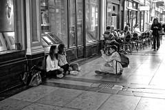 Paris est vivant, Vive Paris - #5 - Restons nous humains (Paolo Pizzimenti) Tags: paris film paolo femme olympus f18 passage rue miracles vélo homme gens omd argentique 25mm amoureux jeune em1 doisneau pellicule m43
