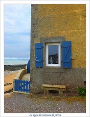 La vigie du vaisseau de pierre (Chti-breton) Tags: jaune bleu fentre banc volet