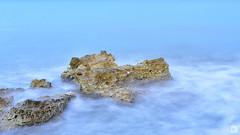 Pequeos islotes ([Nelooo]) Tags: mar playa olas rocas oceano espuma corriente bruma
