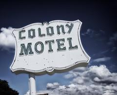Colonist (Pete Zarria) Tags: illinois motel hotel suburb neon sign sky