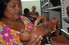 Ceramista terena com peça do acervo. Elas não produzem mais este modelo de cerâmica (MUSEU DO ÍNDIO / página oficial) Tags: do museu rj arte cerâmica da botafogo terra suruí indígena índio asurini seminário terena karajá ceramistas etnias