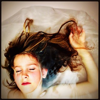 365/441 • Z • #2014_ig_341 #6yo #bath #floating #endoftheday #alongday #muchhangriness #hair