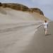Michelle caminhando pela praia