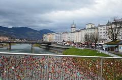 Julueelne Salzburg (anuwintschalek) Tags: winter salzburg river austria evening abend december advent brcke fluss altstadt oldtown talv salzach 2014 vanalinn jgi sild htu vorhngeschloss fussgngerbrcke d7k jalakijatesild nikond7000 tabalukud 18140vr