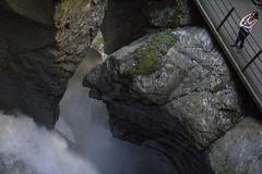 Trummelbachfalle - Carolina Kina olhando uma cachoeira apoiada na grade (CartasemPortador) Tags: bern lauterbrunnen cachoeira quedas interlaken dgua trmmelbach trmmelbachflle