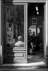 Torino 0402 (malko59) Tags: torino turin biancoenero blackandwhite street urban barbiere barbershop specchio riflesso mirror reflection