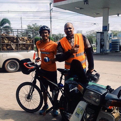 With Mr Balan from KL. Met him while I was cycling north of Thong Song this morning. He came all the way from KL at 3am yesterday to reach Hua Hin by tonight, using his trusted Kapcai Honda EX5 no less! We stopped at a Esso gas station for coffee and he g