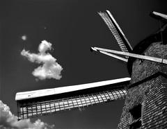 Playing (Serlunar (tks for 3.8 million views)) Tags: playing windmill de photo foto e nuvem vento moinho serlunar