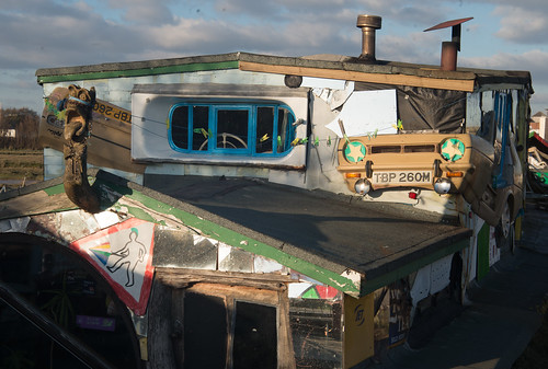 Reliant Robin houseboat