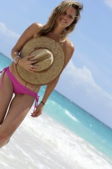 En el Caribe (Kiyomivillasana) Tags: ocean california pink sea girl hat mar model suit bikini blonde su bathing roxy rayban caribe