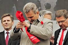 010516_064   Mai-Aufmarsch der SP (2016) (the_apex_archive) Tags: vienna wien rot austria politik sterreich protest apex deutsch 1mai rathausplatz tagderarbeit partei sp sozialistische spaltung protestieren wienerrathausplatz sozialdemokraten innenpolitik gb sozialisten 152016 maiaufmarsch maikundgebung ostermayer foglar sozialdemokratischeparteisterreichs rotenelke gbprsident sozialdemokratisch erichfoglar 010516 parteipolitik parteignger parteianhnger 1mai2016 porotestierten ssozis parteispaltung