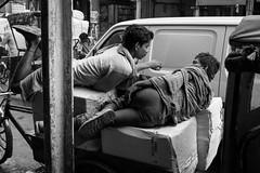 La pause, Old Delhi India (mafate69) Tags: street city portrait bw india asia noiretblanc candid photojournalism nb asie rue carrier ville newdelhi inde reportage streetshot southasia olddelhi subcontinent porteur photojournalisme photoreportage asiedusud blackandwhyte mafate69 souscontinent