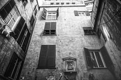 Presenze (-Makar79-) Tags: canonef24mmf14liiusm 6d streetphotography blackandwhite people canonprime genova liguria italia centrostoricodigenova mono monochrome 24l 24lmkii