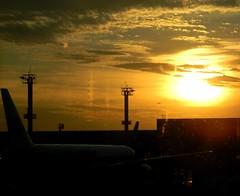 Sunset no aeroporto (Mh :)) Tags: sunset quarta quartasunset sol aeroporto avio cu sky sopaulo