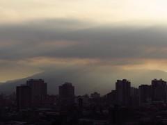 Rayos de luz en la ciudad (Camila Rojas Esparza) Tags: city lights light rayosdeluz edificios building cerros nubes atardecer sunset sun rayosdesol
