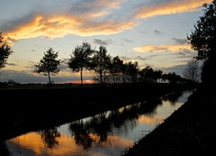 Sun is floating away (Harm Weitering) Tags: trees sunset sky reflection silhouette clouds zonsondergang bomen wolken lucht silhouet drenthe emmen reflectie