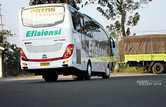 Bis Efisiensi take off at Rest Area Wonosari Kebumen (KharisGun) Tags: bmc bismania efisiensi busindonesia kggallery2014 kgcorp jetbushd