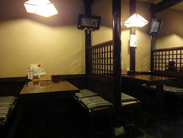 こちらはテーブル席。|銀風亭