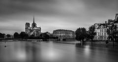 La crue (IzTheViz) Tags: longexposure blackandwhite paris seine flood crue poselongue sonya7