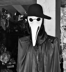 """""""E tu non ridere, e tu non piangere"""" (Mango*Photography) Tags: street venice bw white black bird smile death mask culture photographers photoraphy unusual cry giulia maschera bergonzoni"""